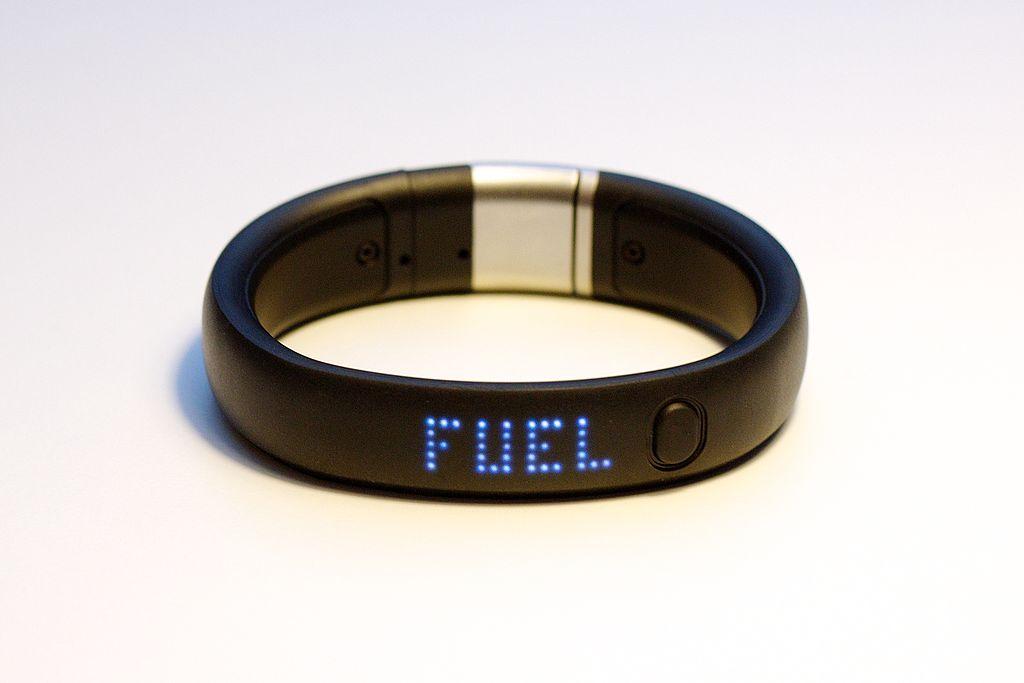 Das 2012 eingeführte Nike+ Fuelband SE lässt sich ebenfalls via Bluetooth 4.0 mit dem Smartphone verbinden. Inzwischen läuft die zugehörige Fuelband-App auch unter Android. Das aktuell für 99 Euro erhältliche Band soll den Nutzer unter anderem mit stündlichen Bewegungserinnerungen zu noch mehr Ertüchtigung motivieren.  (Bild: Wikimedia Commons)