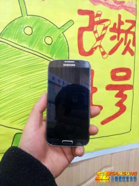 """In einem chinesischen <a href=\""""http://translate.google.de/translate?hl=de&ie=UTF8&u=http://bbs.52samsung.com/thread-695291-1-1.html\"""" title=\""""bbs.52samsung.com\"""" target=\""""_blank\"""">Forum</a> sind Bilder aufgetaucht, die das Samsung Galaxy S4 zeigen sollen. Zudem hat eine <a href=\""""http://translate.google.com/translate?sl=iw&tl=de&js=n&prev=_t&hl=de&ie=UTF-8&eotf=1&u=http%3A%2F%2Fwww.gsm-israel.co.il%2F%25D7%2597%25D7%2593%25D7%25A9%25D7%2595%25D7%25AA%2F%25D7%2591%25D7%259C%25D7%25A2%25D7%2593%25D7%2599-%25D7%25A6%25D7%2599%25D7%259C%25D7%2595%25D7%259E%25D7%2599-%25D7%259E%25D7%25A1%25D7%259A-%25D7%259E%25D7%25AA%25D7%2595%25D7%259A-%25D7%2594-galaxy-s-iv\"""" target=\""""_blank\"""">isrealische Website</a> Screenshots der Benutzeroberfläche veröffentlicht. Kurz vor der Vorstellung neuer Geräte tauchen häufig Bilder aus unbekannten Quellen auf. Das war beim <a href=\""""http://www.zdnet.de/88121519/chinesischer-popstar-veroffentlicht-iphone-5-bilder/\"""" target=\""""_blank\"""">Phone 5</a> schon so, dessen Aussehen bereits vor der offiziellen Vorstellung bekannt war. Ob die Hersteller selbst hinter den sogenannten \""""Leaks\"""" stecken, ist ungewiss. Sofern die Fotos des Galaxy 4 echt sind, hält Samsung am bisherigen Design fest, inklusive der Plastikabdeckung auf der Rückseite. Weitere Informationen liefert ein Online-Händler, der seine Kunden bereits über die <a href=\""""http://www.expansys.com/samsung-galaxy-S4\"""" target=\""""_blank\"""">technische Ausstattung des neuen Samsung-Smartphones</a> informiert. Die Hauptseite nennt für das Galaxy S4 mit der Gerätekennung GT-I9502 einen Achtkern-Prozessor, während in den technischen Daten nur von einem 1,7 GHz schnellen Quad-Core vom Typ Exynos 5450 auf Basis der ARM-Architektur Cortex-A15 die Rede ist. Das Amoled-Display ist angeblich 5 Zoll groß und bietet eine Auflösung von 1920 x 1080 Bildpunkten."""