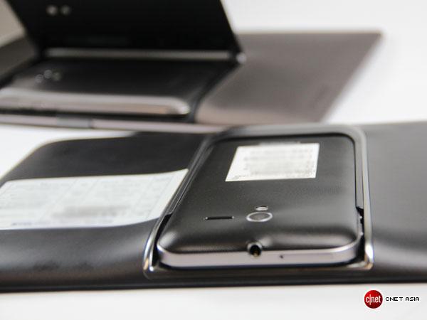 Das Mobilteil wird dazu auf der Rückseite einfach in das Tablet geschoben (Foto: Aloysius Low/CNET Asia).