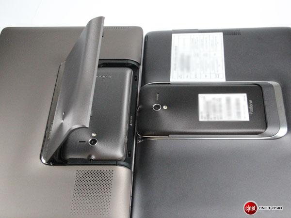 Beim neuen Asus Padfone 2 besteht nicht mehr die Gefahr, versehentlich die Abdeckklappe abzubrechen. Asus hat bei der neuen Version auf dieses Element verzichtet (Foto: Aloysius Low/CNET Asia).
