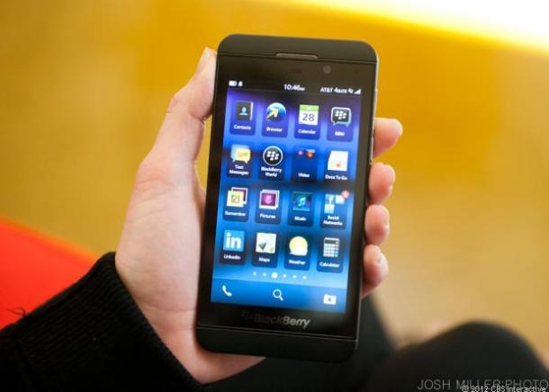 """Der 4,2-Zoll-Touchscreen des BlackBerry-Flaggschiffs löst mit 1280x768 Pixel bei 355ppi auf und kommt im 16:9-Format. Im Inneren des Z10 arbeitet ein Qualcomm-Dual-Core-Prozessor mit 1,5 GHz. Der Hauptspeicher ist 2 GByte groß und zusätzlich zum internen 16-GByte-Speicher gibt es einen Micro-SD-Kartenslot für Flash-Karten mit einer Kapazität bis zu 64 GByte (Foto: CNET). <br><b>  Zur <a href=\""""http://www.zdnet.de/?p=88141904\"""" target=\""""_extern\"""">vollständigen Meldung</a>"""