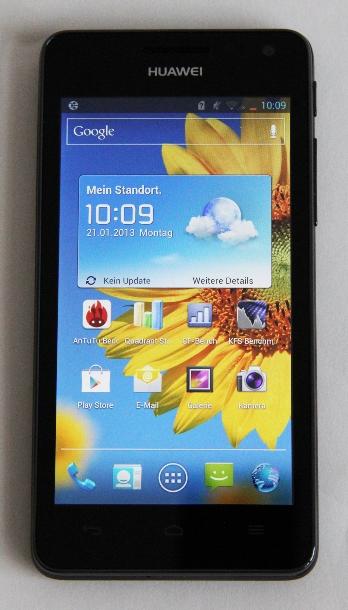 """Huaweis Ascend G615 soll dem Nexus 4 Konkurrenz machen. Mit einem Quad-Core-Prozessor, einem 4,5-Zoll-HD-Display und einer 8-Megapixel-Kamera bietet es eine vergleichbare Ausstattung zu einem ebenso günstigen Preis. Zum Start ist noch Android Ice Cream Sandwich an Bord, Jelly Bean folgt aber in Kürze.  Der Bildschirm des G615 ist 4,5 Zoll groß und damit etwas kleiner als beim Nexus 4. Da die Tasten unter der Anzeige platziert sind, steht im Endeffekt jedoch mehr Platz für die Darstellung der Inhalte zur Verfügung – zumindest in der Vertikalen. Denn in der Horizontalen bietet das Nexus-Display ein gutes Stück mehr Fläche. Verbaut hat Huawei ein IPS+-TFT-HD-Display mit einer Auflösung von 1280 mal 720 Pixel. Mit einer Pixeldichte von 330 ppi ist es auf dem Papier sogar noch etwas schärfer als die Anzeige des Nexus 4. In der Praxis macht sich dieser Unterschied allerdings nicht groß bemerkbar. In der rechten Ecke auf Höhe des Lautsprechers sitzen die Front-Kamera und ein LED-Licht (Foto: CNET.de).<br><br> Hier geht es zum <a href=\""""http://www.zdnet.de/88140469/huawei-bringt-android-smartphone-mit-quad-core-cpu-fur-300-euro/\""""target=\""""_extern\"""">vollständigen Artikel</a>."""