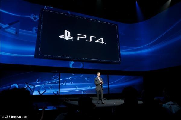Sony hat wie erwartet seine neueste Spielkonsole, die PlayStation 4 angekündigt. Die  grafikstarke PS4 kommt mit einer Acht-Core-X86-CPU von AMD und soll 1,84 Teraflop erreichen. Zudem gibt es 8 GByte GDDR5-Speicher. Die PS4 bekommt eine Festplatte, wie diese aber konkret aussehen soll und mit welcher Kapazität sie geliefert wird, hat Sony jedoch noch nicht kundgetan. Mit von der Partie ist auch der neue Dual Shock 4-Controller  (Foto: CBS Interactive).