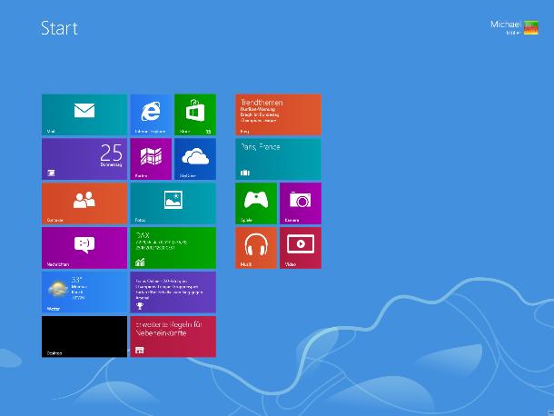 Wer nicht möchte, kommt mit der neuen Oberfläche von Windows 8 kaum in Berührung: Zwar sind Startbutton und Startmenü weggefallen, alle Programme lassen sich jedoch wie bisher in die Taskleiste pinnen und können von dort mit einem Mausklick gestartet werden. Die einzige Ausnahme ist die Suche, die in Windows 8 grundsätzlich im Vollbild stattfindet. Auch in der Final ist es nicht möglich, Windows 8 direkt bis zum Desktop zu booten. Zuerst erscheint immer der Screen mit den Live-Tiles, von dem man den Desktop mit einem Mausklick startet. <br><br> Hier: Der neue Startscreen von Windows 8: Live Tiles halten den Nutzer auf dem Laufenden. Über die Kachel unten links ... (Screenshot: ZDNet).