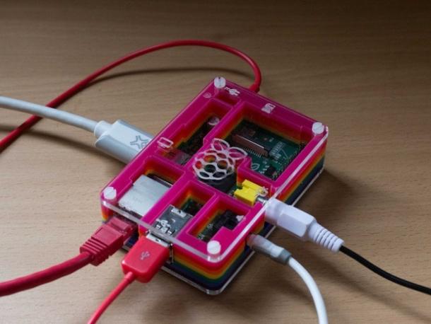 """Der Mini-Computer Raspberry Pi hat die Herzen der Technologiefans im Sturm erobert: Die erste Charge war binnen Minuten ausverkauft. Für alle, die einen der Linux-basierenden Computer, erhalten hatten, stellte sich bald die Frage, worin er den am besten aufgehoben sei – denn der Raspberry Pi kommt ohne Gehäuse. Zum Glück ist die Nutzergemeinde um Antworten nicht verlegen: Die Fans dachten sich Gehäuse für den Mini-Rechner aus und verkaufen sie teilweise auch – eine Entwicklung, die die Raspberry Pi Foundation unterstützt. \""""Wir glauben, dass die Welt vom Unternehmungsgeist angetrieben wird und hoffen, dass aus all diesen kleinen Gehäusen einmal etwas großes entsteht\"""", sagt <a href=\""""http://www.raspberrypi.org/archives/1640\"""" target=\""""_blank\""""> Liz Upton </a> von der Stiftung. Der hier abgebildete <a href=\""""http://pibow.com/\"""" target=\""""_blank\"""">Pibow</a> wiegt 92 Gramm und besteht aus sieben knallbunten Acryltafeln, die zusammengesteckt werden können. Er wird in Sheffield hergestellt. Ein Teil der Einnahmen fließt an die Raspberry Pi Foundation. (Bild: Pibow)."""