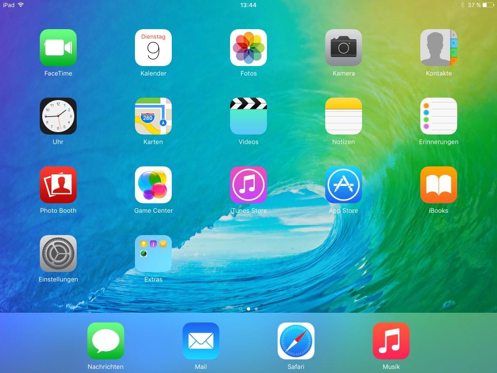 """iOS 9 soll im Herbst iPhone, iPad und iPod Touch noch """"intelligenter und proaktiver"""" machen. Dafür hat Apple die Suchfunktion und auch den Sprachassistenten Siri verbessert. Neue Multitasking-Funktionen fürs iPad sollen das Apple-Tablet für Unternehmen attraktiver machen. Allerdings können nur auf dem iPad Air 2 zwei Anwendungen nebeneinander ausgeführt werden.  Für die mit Split View bezeichnete Funktion mangelt es den restlichen Apple-Tablets wohl an Arbeitsspeicher. <br> Auf dem Start-Screen finden sich die bekannten Apps. Zeitungskiosk gehört allerdings nicht mehr dazu. Stattdessen gibt es eine neue App  namens News mit deutlich erweitertem Funktionsumfang.  Das Konzept erinnert nicht nur an Googles Play Kiosk (früher Currents), sondern auch an Facebooks jüngstes Experiment mit Instant Articles, die Verlage auf seinen Seiten hosten und sämtliche Werbeeinahmen einstreichen können. News wird zunächst nur in Großbritannien und den USA angeboten werden. Dort kann Apple laut Cue """"fast 20 Verlage mit mehr als 50 Zeitschriftentiteln"""" vorweisen, darunter Bloomberg, CNN, Condé Nast, ESPN, Hearst, New York Times und Time. Facebooks Instant Articles hingegen hat in der Theorie mit Bild und Spiegel Online auch zwei deutschsprachige Partner."""