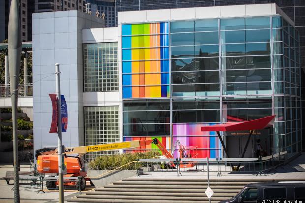 """Für den kommenden Mittwoch hat Apple zur Vorstellung des neuen iPhones nach San Francisco ins <a title=\""""Yerba Buena Center for Arts\"""" href=\""""http://www.ybca.org/calendar?date%5Bmin%5D%5Byear%5D=2012&date%5Bmin%5D%5Bmonth%5D=9&date%5Bmin%5D%5Bday%5D=12&date%5Bmax%5D%5Byear%5D=2012&date%5Bmax%5D%5Bmonth%5D=9&date%5Bmax%5D%5Bday%5D=12&field_event_discipline_nid=All\"""" target=\""""_blank\"""">Yuerba Buena Center for Arts</a> geladen. Gerüchten zufolge wird das neue Smartphone über ein 4-Zoll großes Display verfügen, das eine Auflösung von <a title=\""""Auflösung iPhone 5\"""" href=\""""http://www.zdnet.de/88118023/ios-6-unterstutzt-iphone-auflosung-von-640-mal-1136-pixeln/\"""" target=\""""_blank\"""">640 x 1136 Pixel</a> bietet. Dank der In-Cell-Technik, ein Verfahren, das Apple zusammen mit Sharp und Toshiba entwickelt, soll das Touch Panel weniger dick als bei bisherigen iPhone-Modellen ausfallen. <br> Zudem soll das Gerät weltweit LTE unterstützen. Dies hat kürzlich das Wallstreet Journal berichtet. Anders als noch das iPad 3, das mit einem LTE-Chip ausgestattet ist, der mit 700 und 2100 MHz lediglich LTE-Frequenzen von Providern in den USA und Kanada unterstützt, kommt beim neuen Apple-Smartphone ein Chip von Qualcomm (vermutlich MDM9615) zum Einsatz, der auch die in Europa verwendeten Frequenzbänder 800, 1800 und 2600 MHz nutzen kann."""