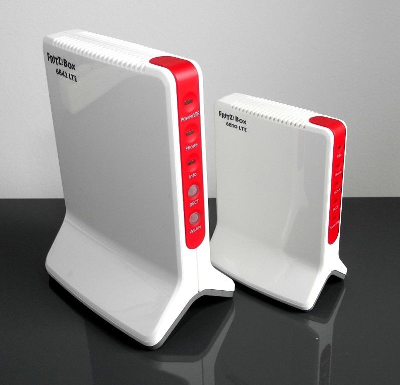 Angekündigt wurden die zwei LTE-Router AVM Fritzbox 6842 LTE (links) und AVM Fritzbox 6810 LTE (rechts) ja schon zur CeBIT 2012. Die große Fritzbox 6842 wird nun kurz vor der CeBIT 2013 lieferbar. Die kleine 6810 gibt es schon seit Ende 2012. Beide LTE-Boxen lassen den User mit einer passenden Vodafone-SIM-Karte nicht nur surfen, sondern auch auf 2 LTE-Luft-Leitungen telefonieren. Wir haben die innovative Voice-over-LTE-Telefonie stationär im Haus und mobil im Auto ausprobiert (Foto: Harald Karcher).