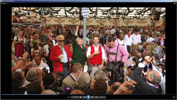 Ein paar Minuten nach dem Wiesn-Anstich 2012 drehten sich die Kameras im Schottenhamel-Festzelt ins Publikum. Hier sorgte unter vielen anderen auch Gloria von Thurn und Taxis (Mitte, im grünen Jackett) für gute Feierstimmung. Dieses Standbild stammt aus einem mit dem iPhone 5 aufgenommenen Videoclip. (Foto: Harald Karcher).