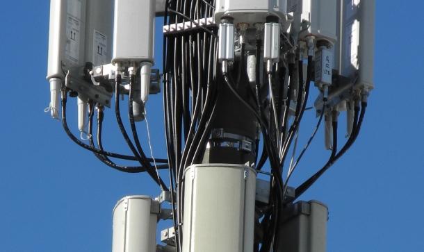 Auf dem Funkmast westlich vom Weinzelt in Richtung Käfer-Wiesn-Schänke hängt zur Wiesn 2012 offenbar auch eine LTE-Antenne von O2. Wie die Aufnahme mit dem  Teleobjektiv zeigt, ist es die zweite von rechts oben (Foto: Harald Karcher).