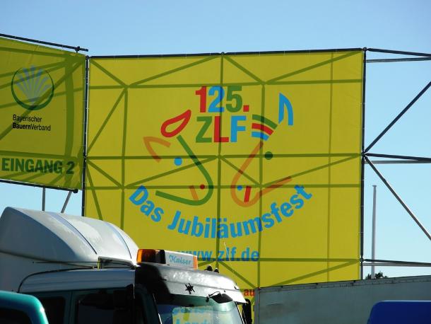 Südlich der Wiesn findet das Zentral-Landwirtschaftsfest ZLF 2012 statt. Deshalb wird auf der Theresienwiese nicht nur mehr Mobilfunk-, sondern auch mehr Festnetzkapazität gebraucht. Es werden in diesem Jahr knapp 450 Telefon-, ISDN oder DSL-Anschlüsse geschaltet, die für Kassen, Medienanschlüsse oder Notrufleitungen benötigt werden (Foto: Harald Karcher).