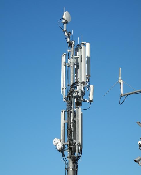 Der Mast hinter dem Schottenhamel-Festzelt ist zur Wiesn 2012 mit drei Richtfunkschüsseln auf zwei Antennenetagen ausgerüstet (Foto: Harald Karcher).