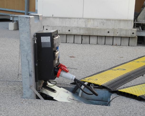 Ohne Strom funkt es aus keinem Handy und aus keinem Mobilfunkmasten. Die Basisstationen hinter dem Schottenhamel-Festzelt werden 2012 mit dieser Klappsteckdose aus dem Boden versorgt (Foto: Harald Karcher).