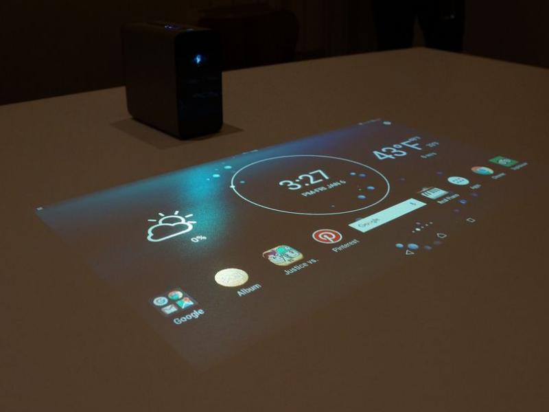 """<b>Xperia Touch</b><br> Sony hat mit Xperia Touch einen Android-Projektor vorgestellt, der nicht nur ein Bild auf jede Oberfläche bringt, sondern dort zugleich Touch-Bedienung ermöglicht. Das auf dem Mobile World Congress enthüllte Gerät soll eine Wand, einen Tisch oder sogar den Boden in einen interaktiven Bildschirm verwandeln. <br> Als Konzept wurde das tragbare Gerät schon vor einem Jahr vorgestellt, damals noch mit der Bezeichnung Xperia Projector. Touch-Bedienung ermöglicht der Laser-Projektor per Infrarotsensor auf einer projizierten 23-Zoll-Bildfläche. Diese lässt sich etwa für ein Video auf bis zu 80 Zoll Diagonale erweitern, nimmt dann aber keine Toucheingaben mehr an.<br> CNET.com-Autorin Jessica Dolcourt konnte Xperia Touch schon ausprobieren und ist durchaus davon angetan. """"Man schließt Leute nicht aus, indem man auf den eigenen kleinen Bildschirm starrt, daher macht es die Erfahrung geselliger"""", urteilt sie. Auch die Größenordnung sagte ihr zu, das Berühren und Schreiben habe sie so als natürlicher empfunden. """"Für die meisten Menschen wird es ein zusätzliches Gadget sein, das kein essenzielles Bedürfnis erfüllt"""", schränkt sie allerdings ein. Im Dunkeln sei die Projektion besser, biete aber nie die scharfe Darstellung von Fernseher, Notebook oder Smartphone. <br> Weitere Infos: <a href=\""""http://www.zdnet.de/88288875/mwc-sony-stellt-touch-projektor-vor/\"""" target=\""""_blank\"""">Xperia Touch</a>"""