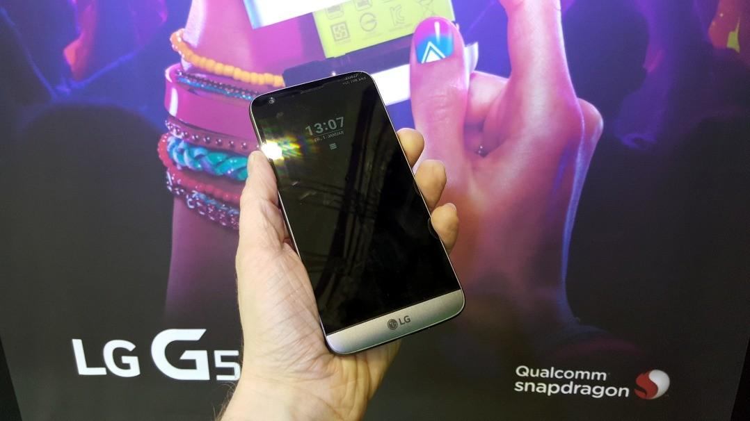 Der Bildschirm des LG G5 besteht aus 3D Arc Glas und ist leicht gewölbt. Es löst 2560 mal 1440 Bildpunkte auf und erzielt eine Pixeldichte von 554 ppi. Das sogenannte Always-On-Display zeigt im oberen Drittel des Bildschirms Benachrichtigungen, Uhrzeit, Datum und weitere Details an, ohne das Nutzer das Gerät einschalten müssen. Es ist weniger hell als im normalen, eingeschalteten Zustand, braucht dafür pro Stunde aber auch nur 0,8 Prozent des Akkus. Termine für den Verkaufsstart und Preise hat LG noch nicht mitgeteilt (Bild: Übergizmo.de).