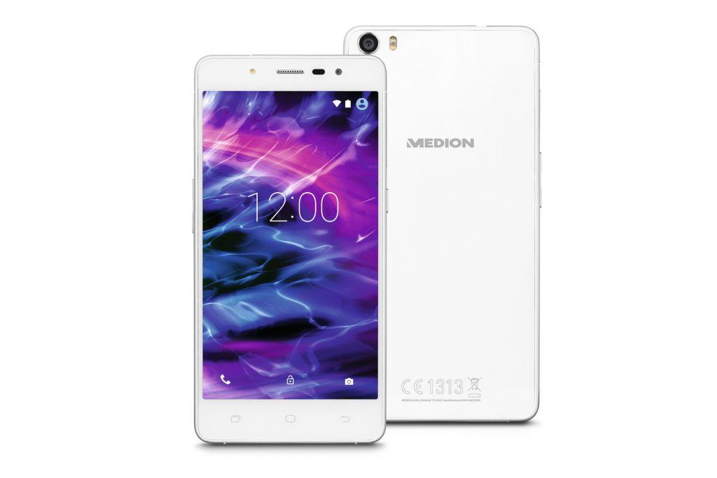 Medion zeigte auf dem Mobile World Congress (MWC) neben zwei 10,1-Zoll-Tablets auch die beiden LTE-Android-Smartphones S5004 und S5504. Die Dual-SIM-Geräte werden jeweils von einer Octa-Core-CPU angetrieben, unterstützen LTE, verfügen über eine 13-Megapixel-Kamera mit digitalem Zoom und nutzen Android 5.1 als Betriebssystem. Das 5 Zoll große Medion S5004 wird schon im März für 199 Euro bei Medion selbst sowie bei Saturn und Expert verfügbar sein (Bild: Medion).