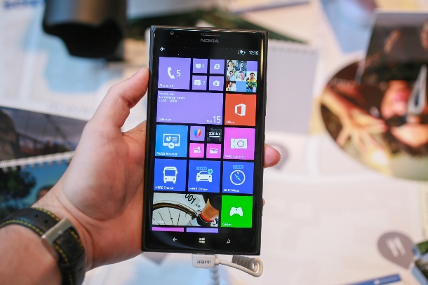Nokia hat auf der Nokia World in Abu Dhabi sein Highend-Phablet Lumia 1520 vorgestellt. Es kommt mit 6-Zoll-Full-HD-Display, 2-GHz-Quad-Core-CPU Snapdragon 800 CPU von Qualcomm, 2 GByte RAM, 32 GByte Speicher, microSD-Karten-Slot und 20-Megapixel-Kamera. Mit an Bord sind NFC, LTE, Bluetooth 4.0 und WLAN nach 802.11 a/b/g/n/ac. Beim Lumia 1520 kommt neben Windows Phone 8 die neue dreispaltige Nutzer-Oberfläche zum Einsatz. Der Preis: 799 Euro (Foto: CNET.com).