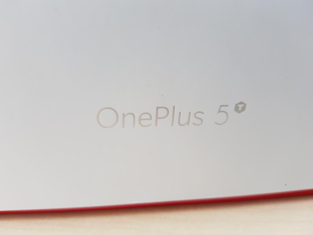 """Die Vorderseite der Verpackung unterscheidet sich nicht von der des Vorgängers. An den Seiten hat OnePlus die Produktbezeichnung um eine hochgestelltes \""""T\"""" ergänzt."""