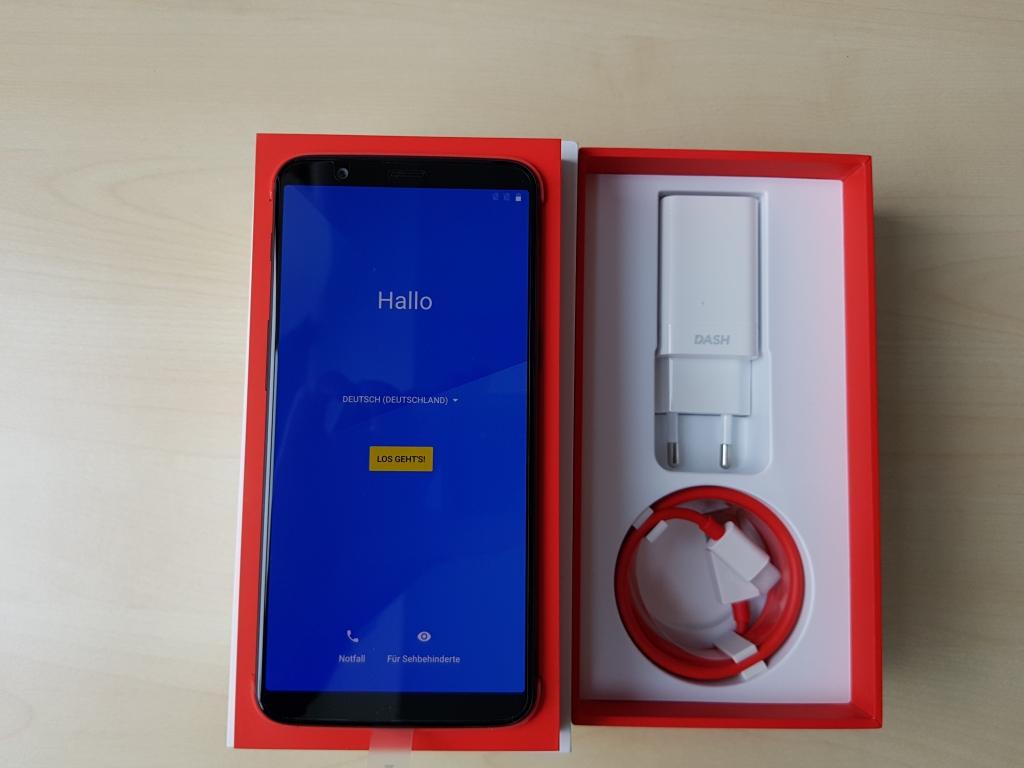 Im Lieferumfang des OnePlus 5T befindet sich ein Ladegerät und ein USB-C-Ladekabel. Kopfhörer sind, wie bei OnePlus üblich, nicht dabei. An das Smartphone können jedoch herkömmliche Kopfhörer mit 3,5 mm Klinkenstecker angeschlossen werden.