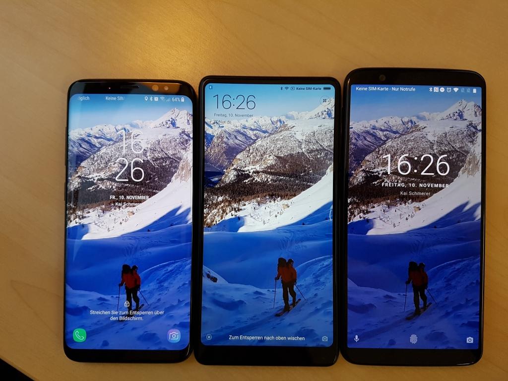 Der direkte Vergleich des OnePlus 5T zum Xiaomi Mi MIX 2 und dem Samsung Galaxy S8 zeigt, dass im Sperrbildschirm-Modus das OLED-Display des Galaxy S8 am hellsten strahlt, gefolgt vom LCD-Screen des MIX 2. Allerdings scheint OnePlus den Sperrbildschirm abzudunkeln, was im nächsten Bild deutlich wird.