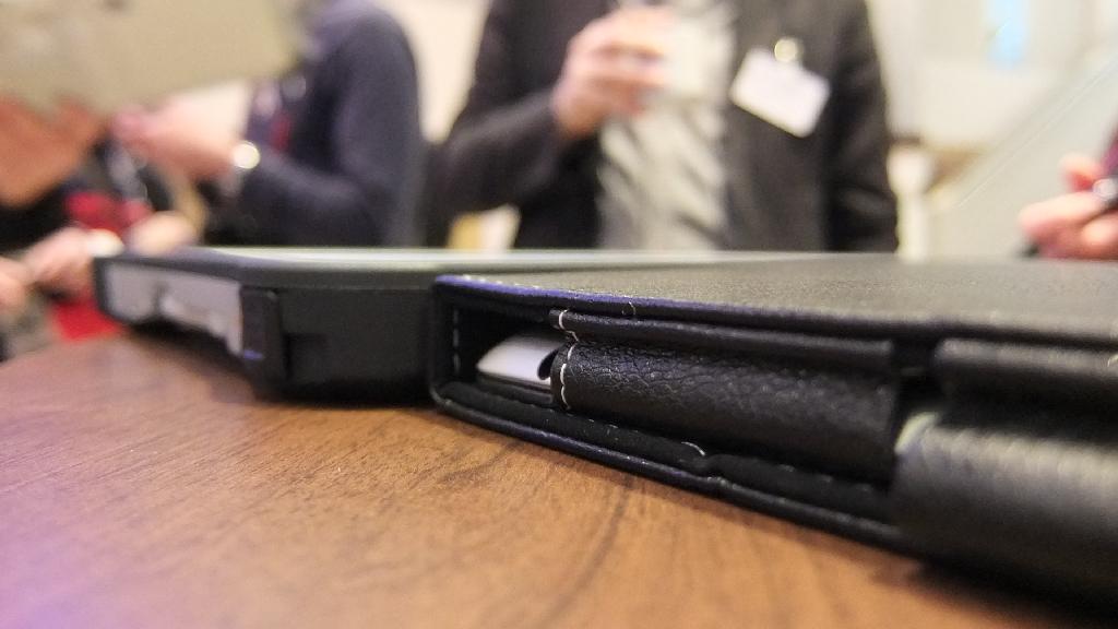 Anders sieht es aus, wenn man das iPad in einer schützenden Hülle betreibt. Dann sind beide Geräte in etwa gleich voluminös.