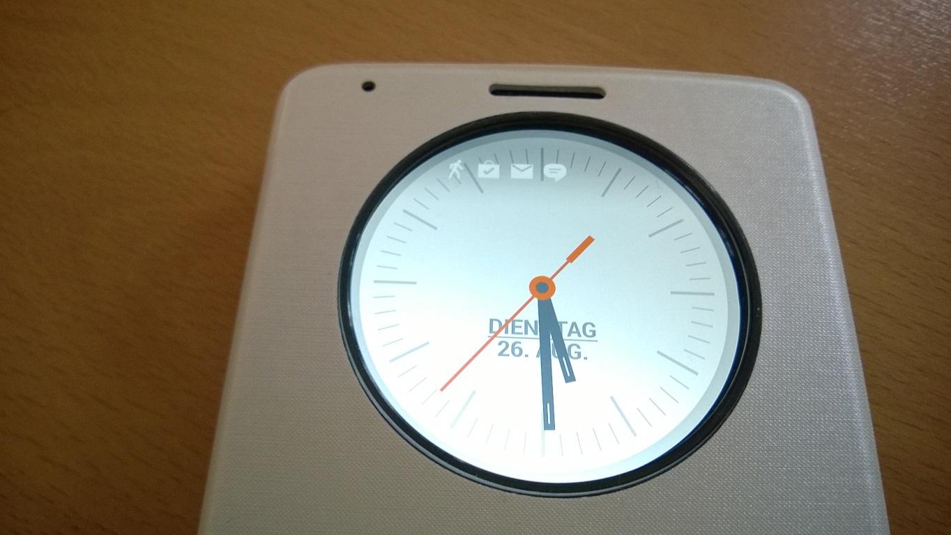 Die Aktivierung der Mini-Anwendungen in der 5 cm großen Aussparung erfolgt LG-typisch mit einem Doppel-Tipp auf den durch die Öffnung sichtbaren Bildschirm. Für wenige Sekunden erscheint eine Uhr mit gegebenenfalls aktiven Benachrichtiungssymbolen.