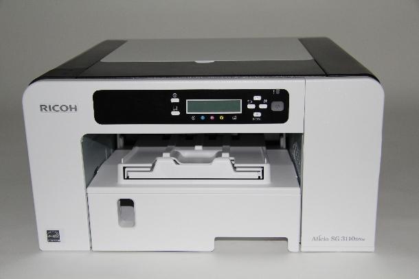 Ricohs Aficio SG 3110DNw ist das Top-Gerät der neuen Geljet-Generation. Er ist bereits serienmäßig mit einer Duplexeinheit ausgerüstet und LAN- und WLAN-tauglich. Der Aficio druckt bis zu 29 Seiten pro Minute, nach ISO sind es 12 Seiten. Er wird von einem 800-MHz-Prozessor angetrieben, der Arbeitsspeicher beträgt 128 MByte. Ricoh arbeitet mit einem Permanent-Druckkopf und vier großzügig bemessenen Tanks, die Reichweiten von je 2200 beziehungsweise 2500 Seiten bieten. Mit optionalen Papierkassetten und einer Multifunktionskassette kann die Papierkapazität auf bis zu 850 Blatt erhöht werden (Foto: ZDNet.de).