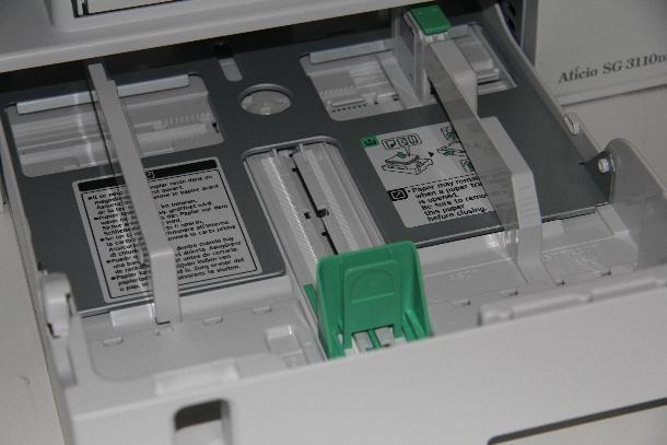An der Vorderseite der geschlossenen Papierkassette, die 250 Blatt fasst, befindet sich eine Öffnung, ...
