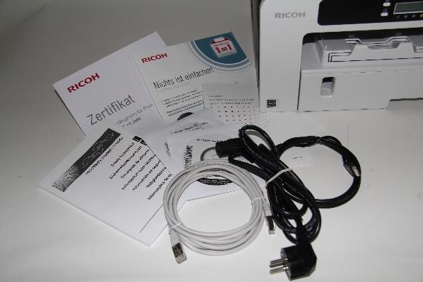 Im Lieferumfang des Testgeräts befindet sich dem dem Drucker mit den Patronen auch ein LAN-Kabel sowie zwei CDs mit Treibern, Utilities und Handbüchern. Das USB-Kabel wird serienmäßig nicht mitgeliefert  (Foto: ZDNet.de).