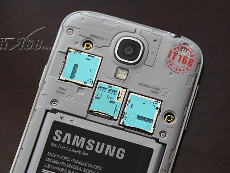 """Das S4-Modell der chinesichen Kollegen verfügt über zwei SIM-Karten-Slots (GSM und WCDMA). Zudem sieht man auf dem Bild auch den microSD-Card-Slot. Darüber lässt sich das S4, das mit den Kapazitäten 16, 32 und 64 GByte erhältlich sein soll, um bis zu 64 GByte erweitern  (Bild: <a href=\""""http://product.it168.com/detail/doc/501966/detail.shtml\"""" target=\""""_blank\"""">it168.com</a>)."""