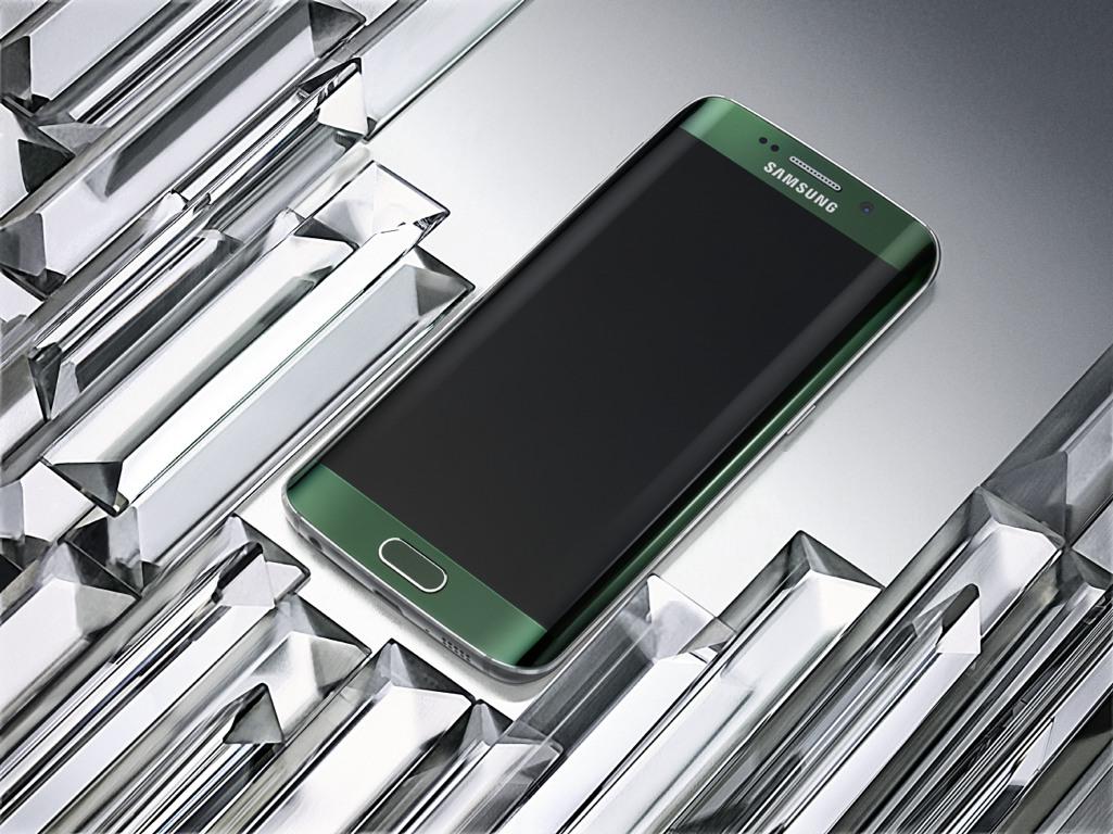 """Wie das bisherige Flaggschiff bietet das Galaxy S6 zwei Kameras. Die an der Front für Selfies und Videotelefonie gedachte Variante löst mit 5 Megapixel auf. Das rückseitige Modell bietet 16 Megapixel. Beide Kameras verfügen über eine sehr lichtempfindliche Blende von F1.9, womit Aufnahmen bei schwachen Lichtverhältnisse in guter Qualität gelingen sollen. Zudem bietet die Kamera folgende Fefatures:<br>-Auto Real-time High Dynamic Range (HDR)<br>-Smart Optical Image Stabilization (OIS)<br>-IR Detect White Balance.<br> Für den schnellen Zugriff auf die Kamera hat Samsung das Feature """"Quick Launch"""" integriert. Durch zweimaliges Betätigen der Home-Taste soll die Kamera nach nur 0,7 Sekunden betriebsbereit sein. (Bild: Samsung)."""