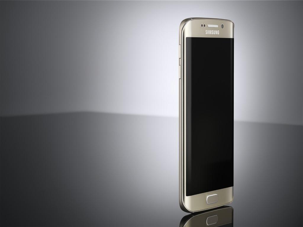 Für das mobile Bezahlen unterstützt das Galaxy S6 Edge die von Samsung zum Mobile World Congress eingeführte Technik Samsung Pay. Die Lösung basiert auf der Übernahme des Bezahldiensts LoopPay im vergangenen Monat. Neben der Nahfunktechnik Near Field Communication (NFC), die eine Kommunikation mit Kassensystemen erlaubt, unterstützt Samsung Pay eine von LoopPay entwickelte Technologie namens Magnetic Secure Transmission. Sie erlaubt einen Datenaustausch, indem ein Smartphone an ein herkömmliches Magnetstreifen-Lesegerät gehalten wird. Dadurch ist Samsung Pay im Gegensatz zu den Angeboten der Konkurrenz von Apple und Google abwärtskompatibel zu den meisten von US-Händlern benutzten Bezahlterminals. Samsung schätzt, dass sein Bezahldienst von bis zu 30 Millionen Einzelhändlern weltweit akzeptiert werden kann. Wie Apple und Google hat auch Samsung verschiedene Partner für seinen Bezahldienst gewonnen. Neben Visa und Mastercard haben nach Unternehmensangaben auch American Express, JP Morgan Chase und die Bank of America ihre Unterstützung zugesagt (Bild: Samsung).