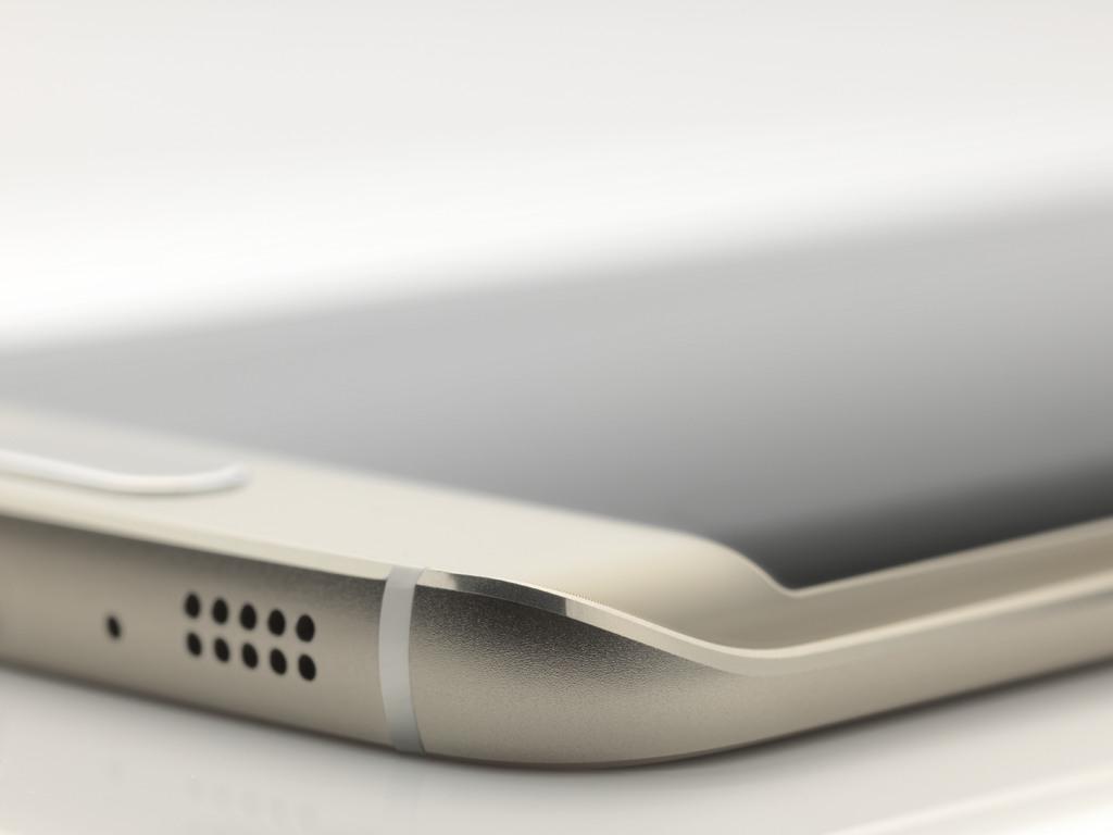 """Für Unternehmensanwender dürften die erweiterten Funktionen von Samsung Knox und die Partnerschaft mit Blackberry von besonderem Interesse sein. Laut Samsung ist das Galaxy S6 Edge wie auch das Standardmodell ohne gebogenes Display für den Einsatz in Unternehmen geeignet. Führende MDM-Lösungen unterstützten Knos und erlauben damit ein verbessertes Mobile-Device-Management. Außerdem bietet der Dienst \""""Find My Mobile\"""" die Sicherung eines verlorenen Geräts und schützt persönliche Daten vor dem Zugriff durch unberechtigte Personen. <br> <a href=\""""http://www.zdnet.de/88220525/mwc-blackberry-und-samsung-weiten-sicherheitspartnerschaft-aus/\"""" target=\""""_blank\"""">Blackberry und Samsung haben ihre Partnerschaft ausgeweitet</a> und zwei weitere Blackberry-Enterprise-Dienste in Samsungs Sicherheitslösung Knox integriert. Darüber hinaus wird Samsung künftig Enterprise-Tools von Blackberry über seinen eigenen Geschäftsbereich Business Service anbieten, der wiederum eine Reaktion auf die Partnerschaft von Apple und IBM im Enterprise-Segment ist (Bild: Samsung)."""
