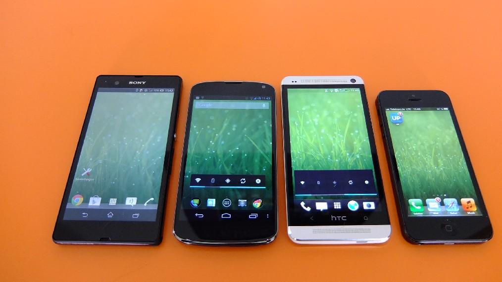Mit automatischer Helligkeit zeigt sich das HTC One am besten, es ist etwas heller als das iPhone. Das Xperia Z bestätigt die schwache Darstellungsqualität. Das Nexus 4 erscheint wiederum als etwas zu dunkel, überzeugt aber mit guter Farbdarstellung (von links nach rechts: Xperia Z, Nexus 4, One und iPhone 5). .