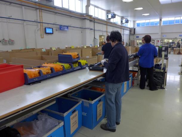 Die ausgepackten Kartuschen werden zunächst vorsortiert und geprüft (Bild: Brother /Armin Weiler).