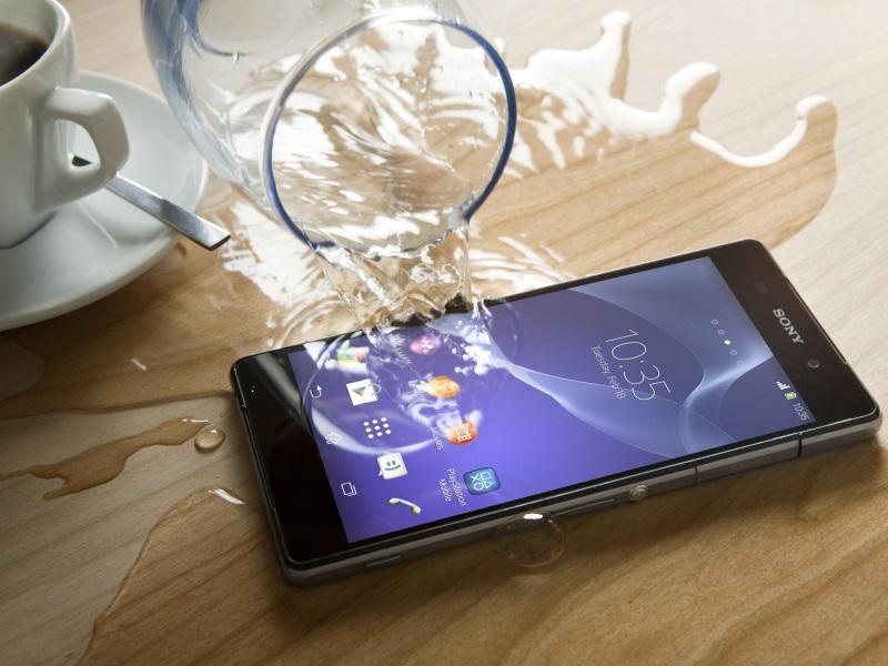 Sony hat auf dem Mobile World Congress in Barcelona sein neues Flaggschiff Xperia Z2 vorgestellt. Wie sein Vorgänger kommt es mit einem Aluminium-Rahmen und einer Glas-Rückseite. Es ist auch wieder nach der IP55- und IP58-Zertifizierung gegen Staub und Wasser geschützt. Einen Tauchgang bis zu 1,5 Meter hält es laut Hersteller für rund 30 Minuten durch. Das 5,2-Zoll-Gerät basiert auf Android 4.4.2 KitKat und soll ab März für 599 Euro erhältlich sein. Es verfügt über einen 2,3 GHz schnellen Qualcomm-Prozessor mit vier Kernen, der auf 3 GByte Arbeitsspeicher zugreifen kann. Der integrierte Speicher mit einer Kapazität von 16 GByte, wovon 12 GByte für Nutzerdaten zur Verfügung stehen, kann über einen MicroSD-Card-Slot um 64 GByte erweitert werden. Die vom Z1 bekannte 20,7-Megapixel-Kamera mit dem 1/2,3-ExmorRS-Sensor, Sonys G-Objektiv samt F2.0-Blende und dem BIONZ-Bildprozessor kommt auch im Z2 zum Einsatz. Allerdings kann sie nun Bewegtbilder mit Ultra-HD-Auflösung mit einer Auflösung von 3840 x 2160 Pixel aufnehmen. Im 720p-Format nimmt sie Filme mit 120 fps auf und erlaubt somit Zeitlupen-Effekte. Für Videotelefonie hat Sony eine 2-Megapixel-Webcam auf der Vorderseite vorgesehen.