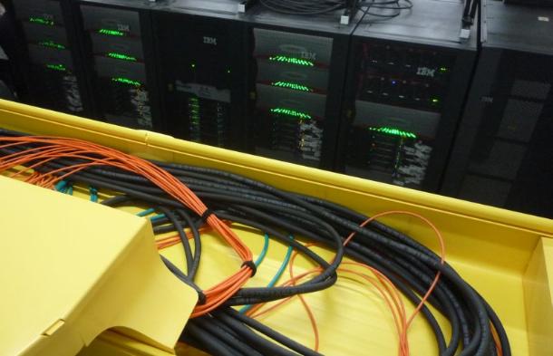 Bei Rechnern solcher Größenordnung stellen sich heute zahlreiche Probleme. Eines davon, das man auch aus jedem Serverraum kennt, sind die für die Stromversorgung und die Vernetzung erforderlichen Kabel. Hier ein Blick auf die dafür oberhalb der Racks verlegten Zuleitungsbahnen  (Bild: ZDNet).