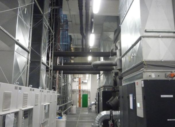 Im Techniktrakt des LRZ koexistieren Wasserzuleitungen und Luftkühlung derzeit noch friedlich nebeneinander. Schließlich werden in dem Gebäude neben dem SuperMUC auch andere Rechner betrieben (Bild: ZDNet).