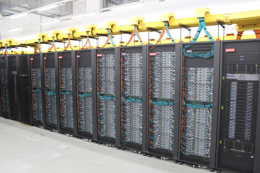 Das Leibniz-Rechenzentrum (LRZ) der Bayerischen Akademie der Wissenschaften hat die nächste Ausbaustufe des Supercomputers SuperMUC in Betrieb genommen. Die Phase 2 genannte Erweiterung steigert die Leistung um 3,6 auf 6,8 Petaflops. Bei der Inbetriebnahme am 20. Juli 2012 war das System mit damals 3,2 Petaflops Europas schnellster Rechner (Bild: ZDNet).