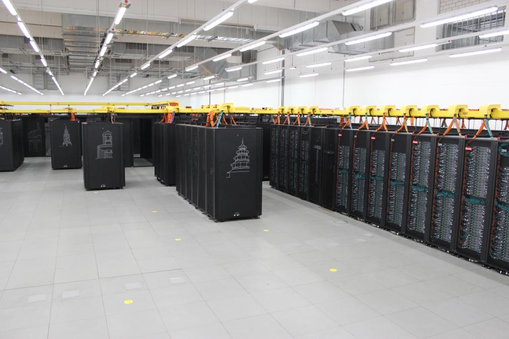 Trotz gestiegener Leistung benötigt der Höchstleistungsrechner anders als zur Inbetriebnahme von Phase 1 nur noch rund ein Drittel der Fläche im Rechenzentrum. Auch die Leistungsaufnahme unter Maximallast ist von 3,5 auf 1,4 Megawatt gesunken (Bild: ZDNet).