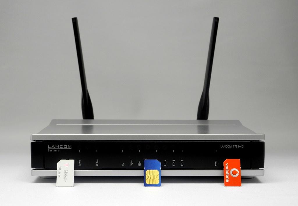 """Der Business-Router """"LANCOM 1781-4G"""" beherrscht LTE bei 800, 1800 und 2600 MHz. Findet er überhaupt kein LTE-Netz, dann schaltet er auf GPRS, EDGE, UMTS, HSPA oder HSPA+ zurück. Das erhöht die Ausfallsicherheit bei Engpässen in einzelnen Funknetz-Bändern, weil der Router dann sofort auf einen anderen Funkmodus umschalten kann (Foto: Harald Karcher). <br> <a href=\""""http://www.zdnet.de/88132147/lte-warum-kommen-keine-100-mbits-einflussfaktoren-der-4g-surfgeschwindigkeit/\"""" title=\""""Zum Artikel: LTE: Warum kommen keine 100 Megabit/s?\"""">Zum Artikel: LTE: Warum kommen keine 100 Megabit/s?</a>"""