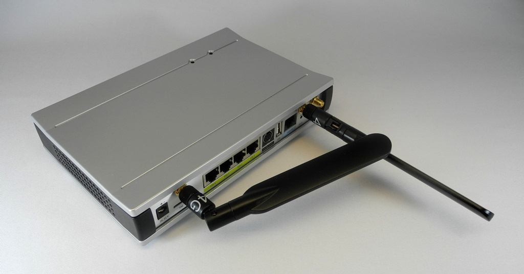 """Die zwei mitgelieferten 4G-Antennen des """"LANCOM 1781-4G"""" lassen sich in jede sinnvolle Position drehen. An gut versorgten Messplätzen haben sie sehr gute Signalstärken von -51 dBm aus der LTE-Luft eingefangen. Das kann man an der LANmonitor-Software beobachten und die 4G-Antennen so lange drehen, bis sich die bestmöglichen dBm-Werte einstellen (Foto: Harald Karcher). <br> <a href=\""""http://www.zdnet.de/88132147/lte-warum-kommen-keine-100-mbits-einflussfaktoren-der-4g-surfgeschwindigkeit/\"""" title=\""""Zum Artikel: LTE: Warum kommen keine 100 Megabit/s?\"""">Zum Artikel: LTE: Warum kommen keine 100 Megabit/s?</a>"""