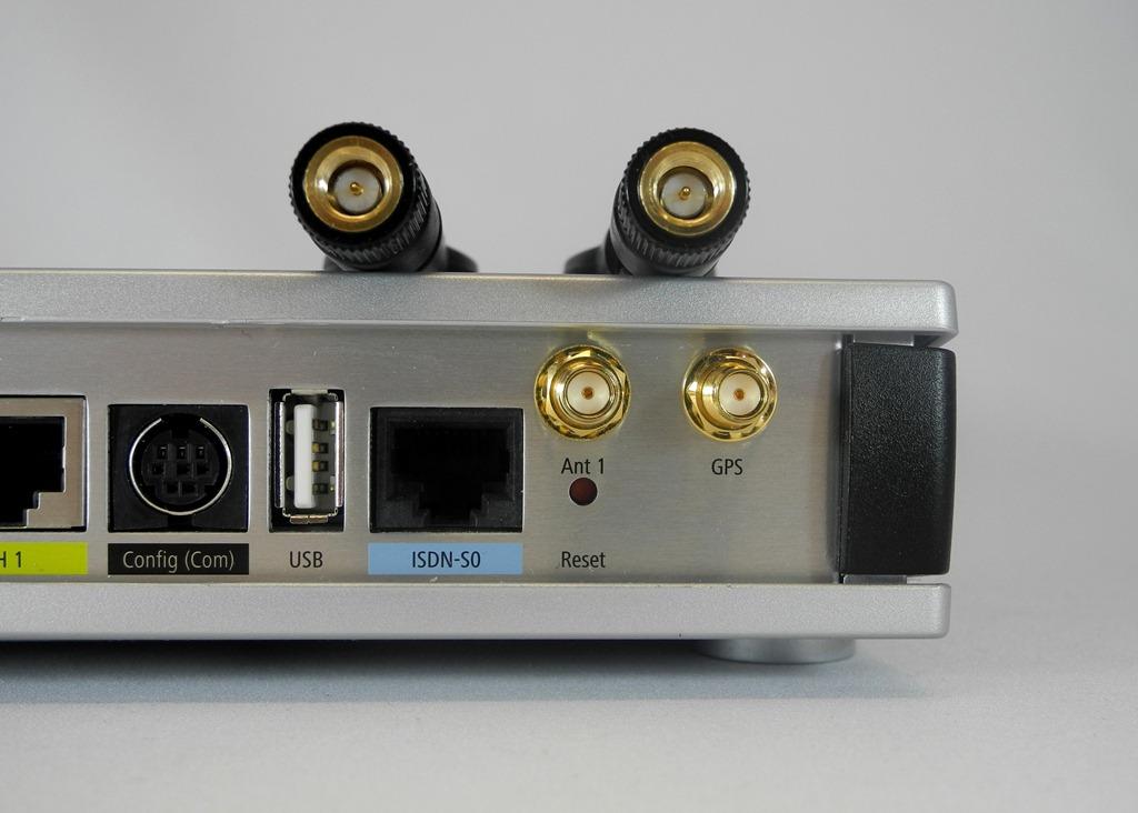 """Die zwei mitgelieferten Mobilfunk-Antennen werden auf die SMA-Gewinde des """"LANCOM 1781-4G"""" aufgeschraubt. Sie wirken hochwertig und verbleiben gut in der gewünschten Position. In schwierigen LTE-Versorgungslagen kann man auch größere, externe LTE-Antennen mit dem 4-Router verbinden. Outdoor-Antennen kann man auch an der Hauswand außen, an einem Mast oder auf dem Dach montieren. Im besten Falle haben sie dort dann eine direkte Sichtverbindung mit der LTE-Basisstation (Foto: Harald Karcher). <br> <a href=\""""http://www.zdnet.de/88132147/lte-warum-kommen-keine-100-mbits-einflussfaktoren-der-4g-surfgeschwindigkeit/\"""" title=\""""Zum Artikel: LTE: Warum kommen keine 100 Megabit/s?\"""">Zum Artikel: LTE: Warum kommen keine 100 Megabit/s?</a>"""