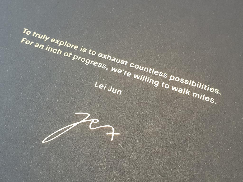 """Das Xiaomi Mi MIX 2S wird in einer schwarzen fast quadratischen Verpackung.  geliefert. Nach dem Öffnen findet man zunächst eine Grußbotschaft von Firmengründer Lei Jun: \""""To truly explore is to exhaust countless possibilities. For an inch of progress, we are willing to walk miles.\"""" Auf Deutsch lautet sie ungefähr: \""""Wirklich zu erforschen bedeutet, unzählige Möglichkeiten auszuschöpfen. Für einen Zentimeter Fortschritt sind wir bereit, kilometerweit zu gehen.\"""""""