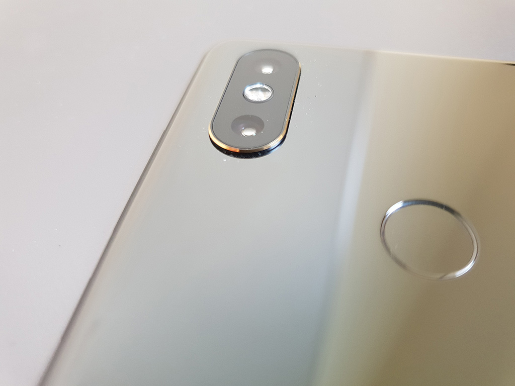 """Gegenüber dem Vorgängermodell bietet das Mi MIX 2S eine Dual-Kamera, die im <a href=\""""https://www.zdnet.de/88329779/xiaomi-mi-mix-2s-knipst-so-gut-wie-das-iphone-x/\"""" target=\""""_blank\"""">Test bei DxOMark</a> den gleichen Wert erzielt wie das iPhone X."""